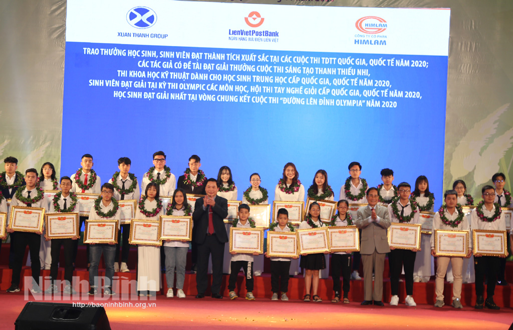 Chương trình Chắp cánh ước mơ khen thưởng học sinh sinh viên đạt thành tích xuất sắc năm 2020