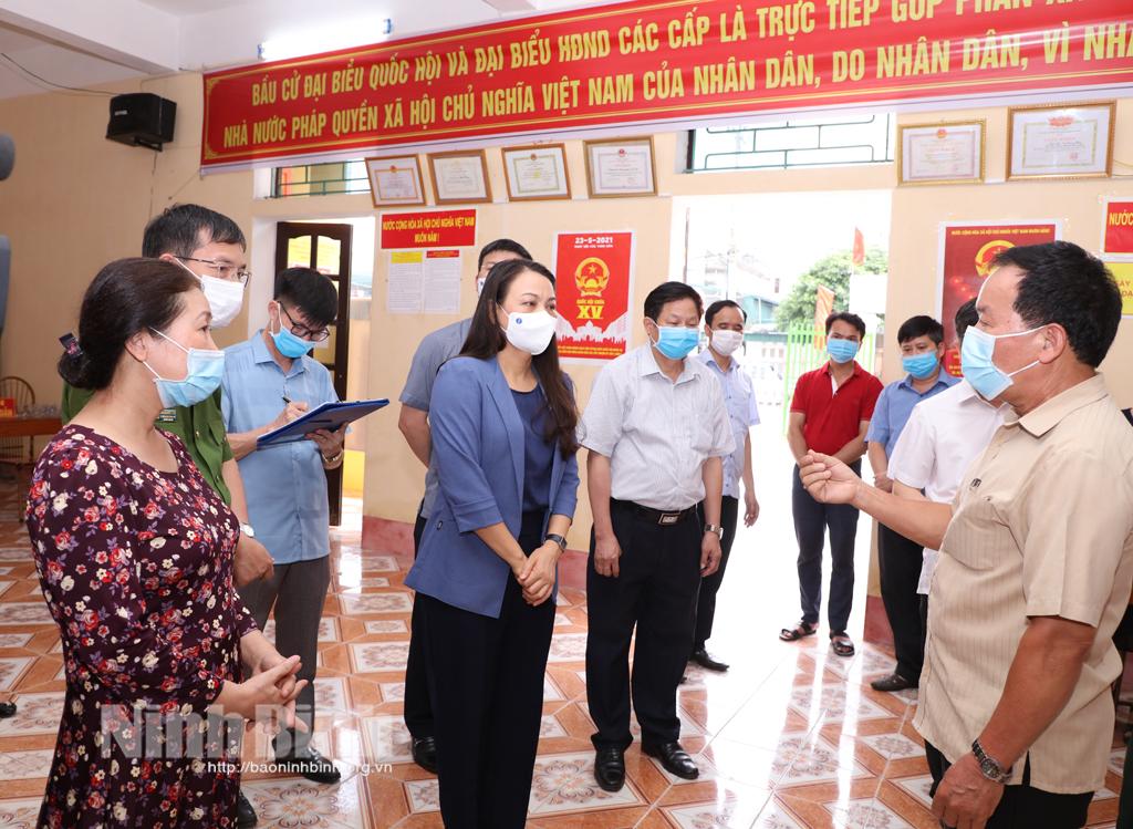 Đồng chí Bí thư Tỉnh ủy kiểm tra công tác chuẩn bị bầu cử tại thành phố Ninh Bình