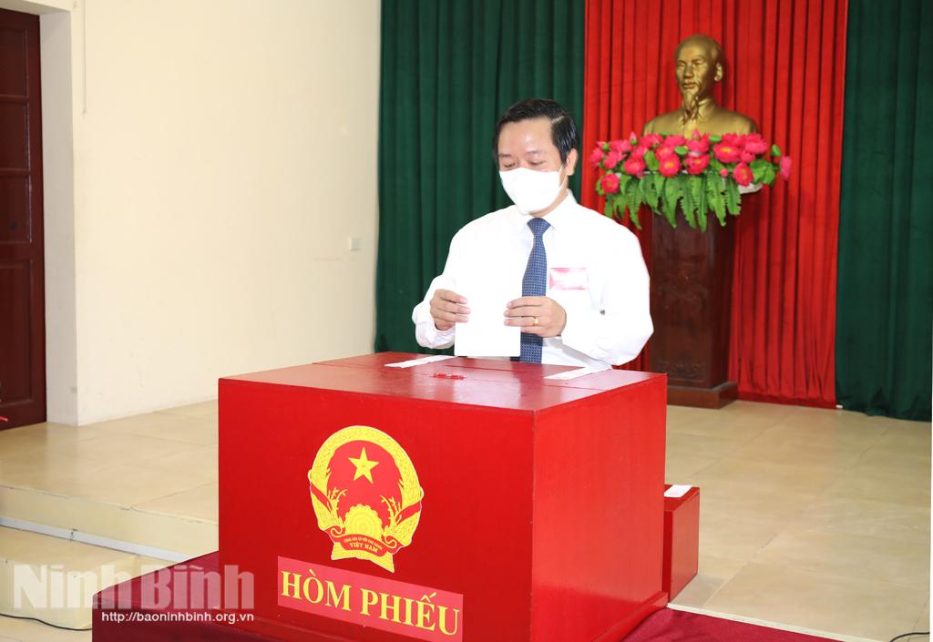Các đồng chí Thường trực Tỉnh ủy bỏ phiếu bầu cử