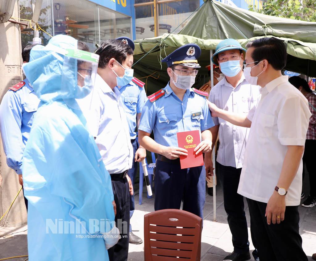 Đồng chí Chủ tịch UBND tỉnh kiểm tra các chốt giao thông phòng chống dịch COVID19