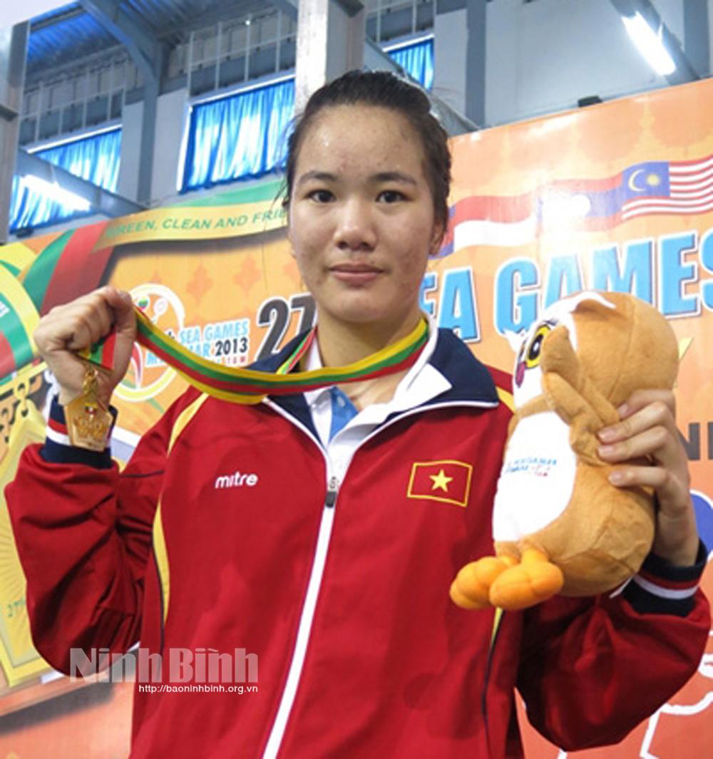VĐV Lừu Thị Duyên với tấm huy chương Vàng Sea games 27 (năm 2013).