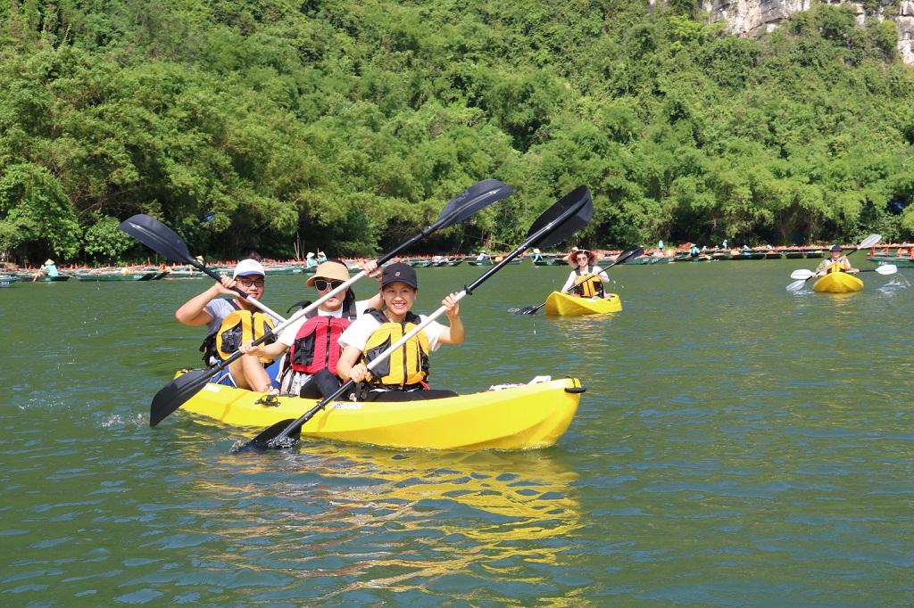 Chèo thuyền Kayak - trải nghiệm mới ở Khu du lịch sinh thái Tràng An