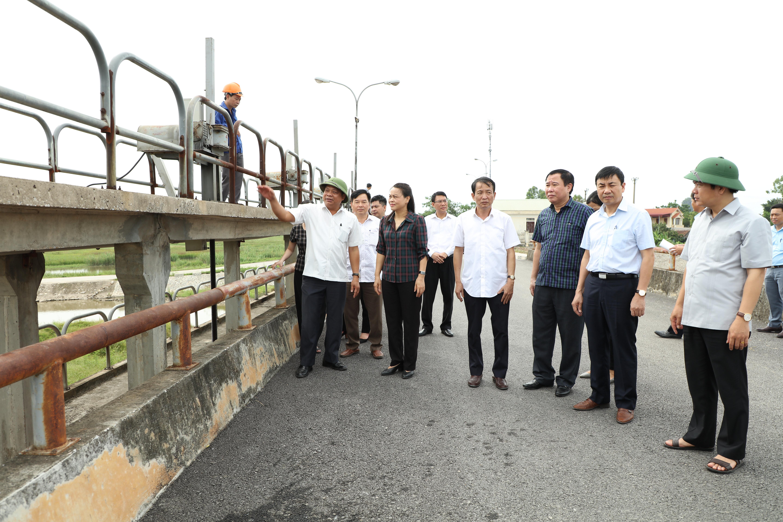 Đoàn công tác của tỉnh thăm các gia đình thương binh, kiểm tra sản xuất và công tác phòng chống lụt, bão trên địa bàn huyện Gia Viễn.