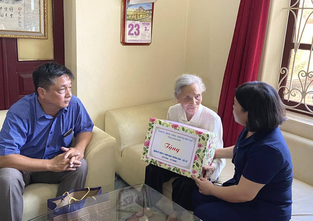 Thăm, tặng quà lão thành cách mạng tại huyện Kim Sơn
