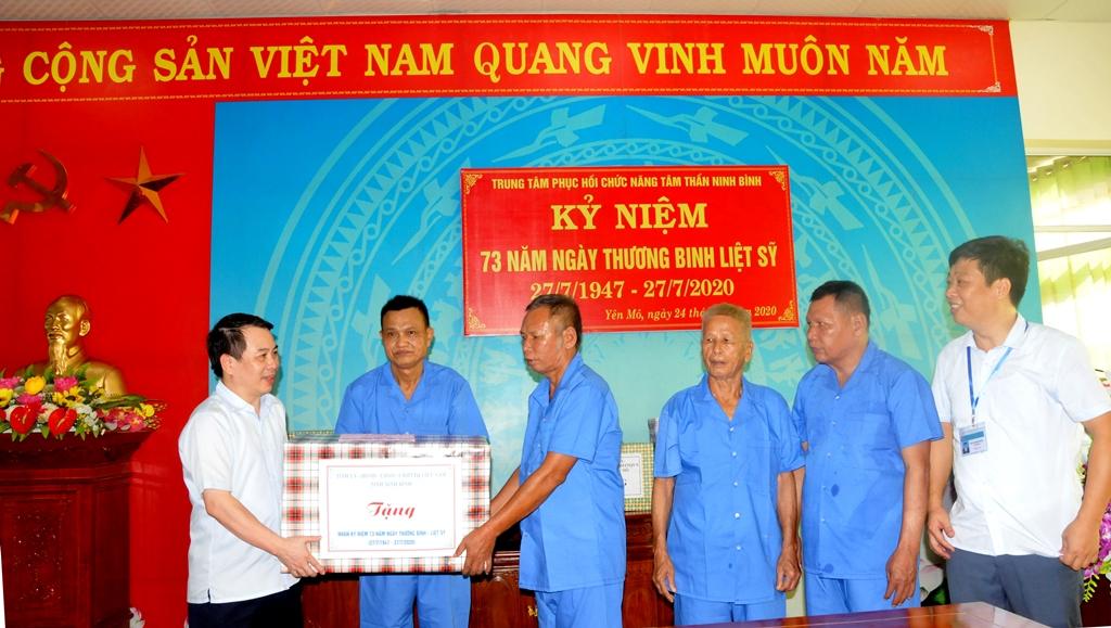 Đồng chí Phó Chủ tịch Thường trực HĐND tỉnh thăm, tặng quà nhân kỷ niệm 27/7