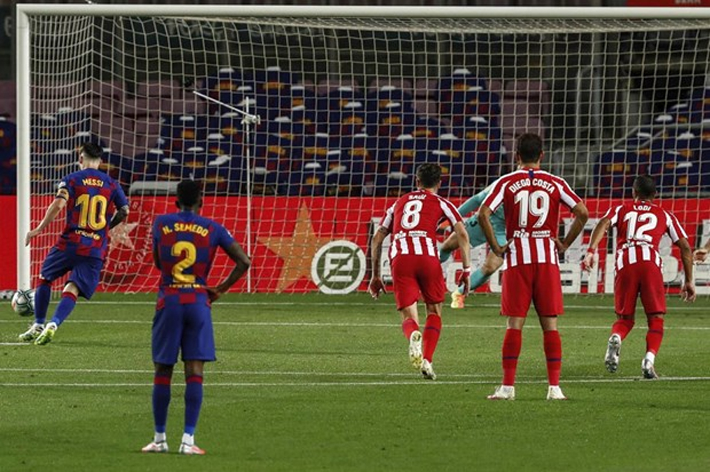 Lionel Messi cán mốc 700 bàn thắng trong sự nghiệp bằng cú panenka
