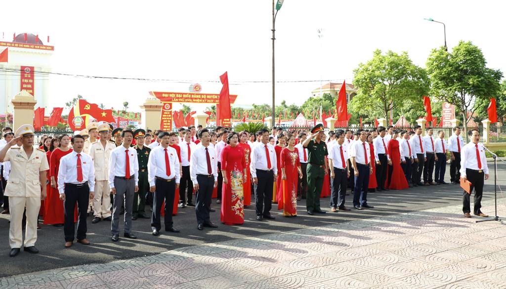 Đoàn đại biểu huyện Yên Mô báo công dâng Bác và dâng hương tưởng niệm các anh hùng, liệt sĩ
