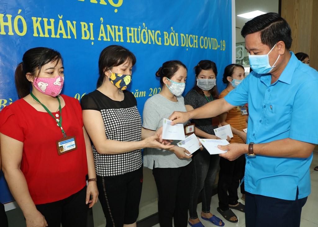 Liên đoàn Lao động tỉnh tặng quà công nhân ảnh hưởng bởi dịch COVID-19