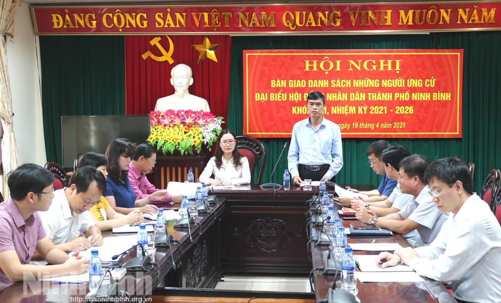 Thành phố Ninh Bình bàn giao danh sách những người ứng cử đại biểu HĐND thành phố khóa XXI