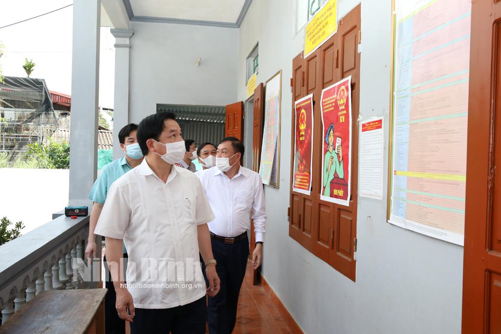 Các đồng chí lãnh đạo tỉnh kiểm tra công tác chuẩn bị bầu cử