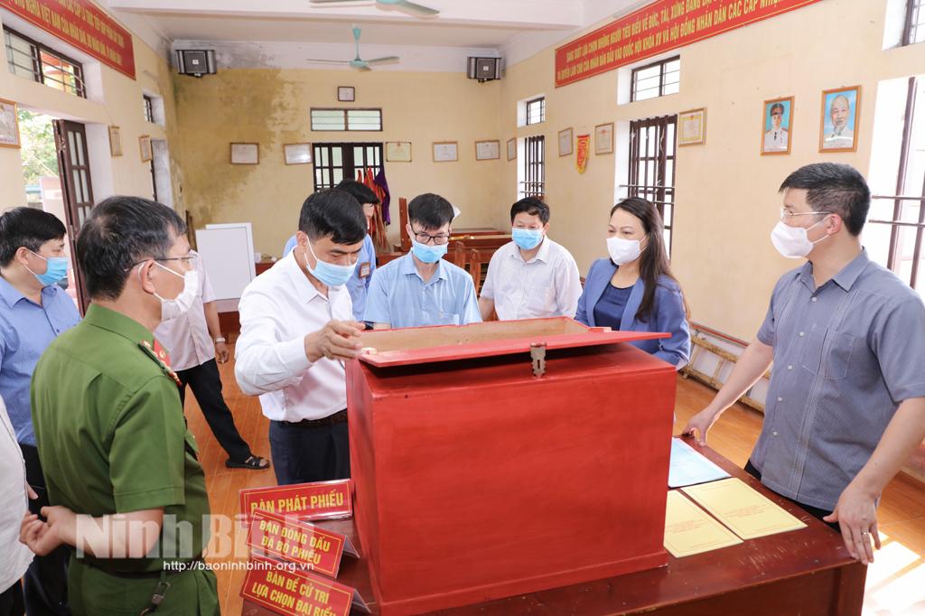 Đồng chí Bí thư Tỉnh ủy kiểm tra công tác chuẩn bị bầu cử tại thành phố Ninh Bình và huyện Hoa Lư