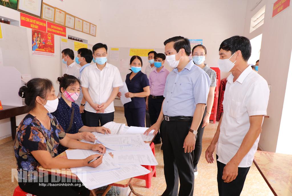 Các đồng chí lãnh đạo tỉnh kiểm tra công tác chuẩn bị bầu cử và công tác phòng chống dịch COVID-19