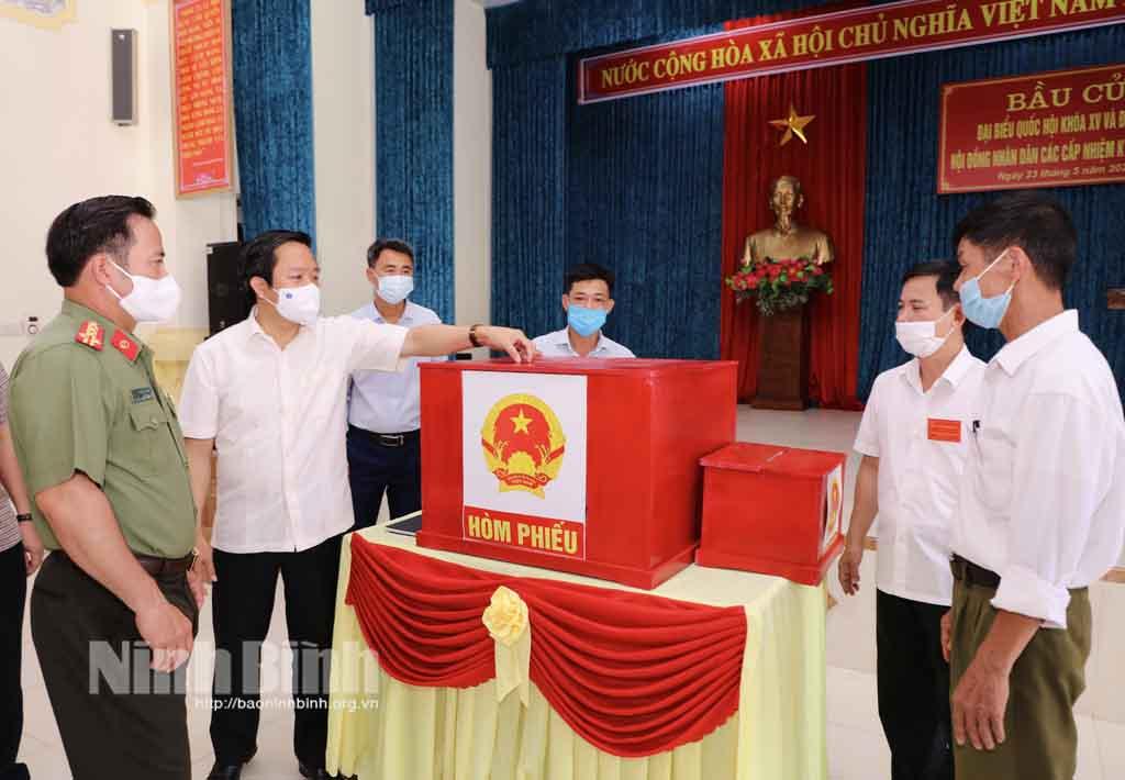 Đồng chí Chủ tịch UBND tỉnh kiểm tra công tác chuẩn bị bầu cử tại thành phố Ninh Bình và huyện Gia Viễn